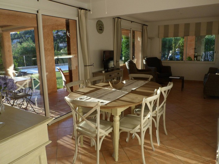 Location de vacances - Villa à Cavalaire-sur-Mer - Rez : salle à manger et salon intérieurs