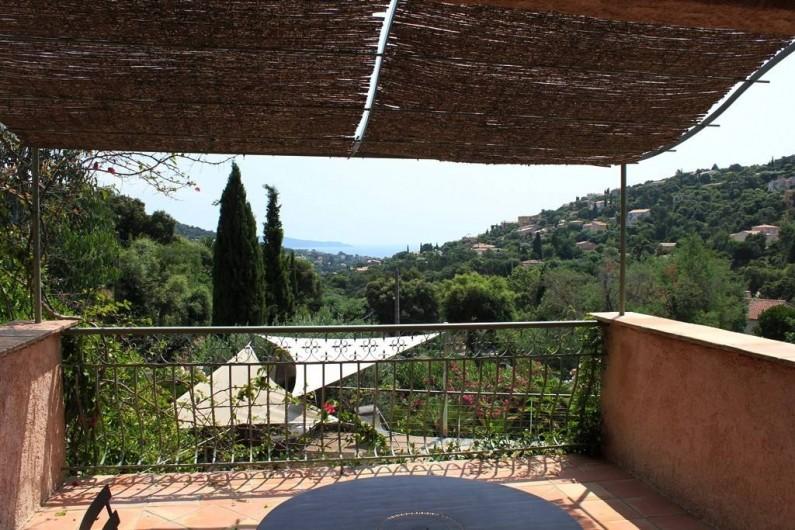 Location de vacances - Villa à Cavalaire-sur-Mer - 1er : terrasse ombragée avec vue sur mer