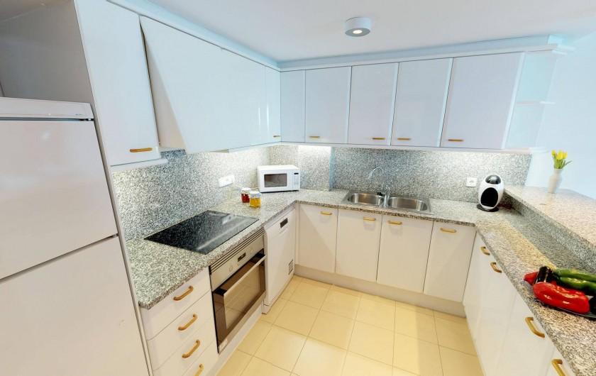 Location de vacances - Appartement à Sant Antoni de Calonge - cuisine américaine entièrement équippée
