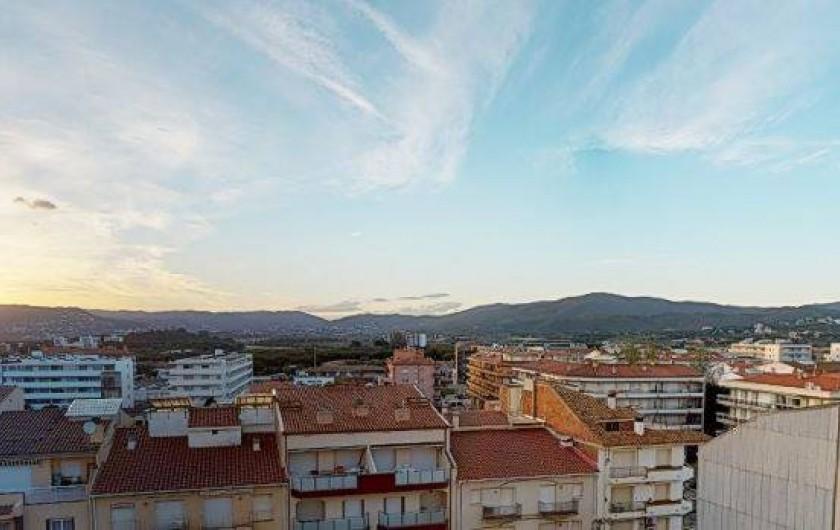 Location de vacances - Appartement à Sant Antoni de Calonge - vue des la terrasse sur l'espace naturel protegée des Gavarres et les toits