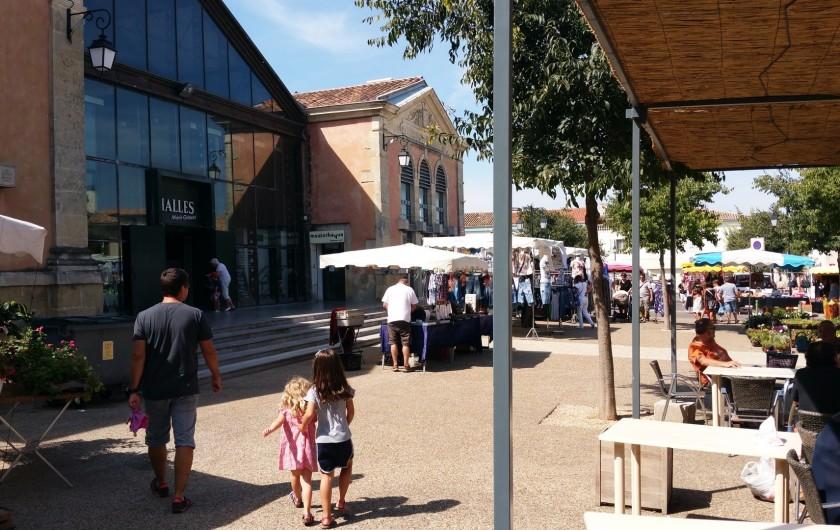 Location de vacances - Villa à Vauvert - Le centre village avec son marché et ses Halles