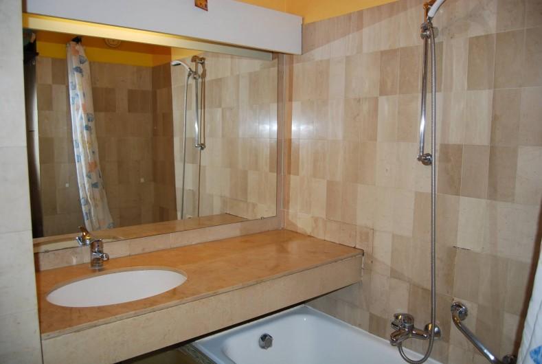 Location de vacances - Studio à Cannes la Bocca - salle de bain douche et baignoire