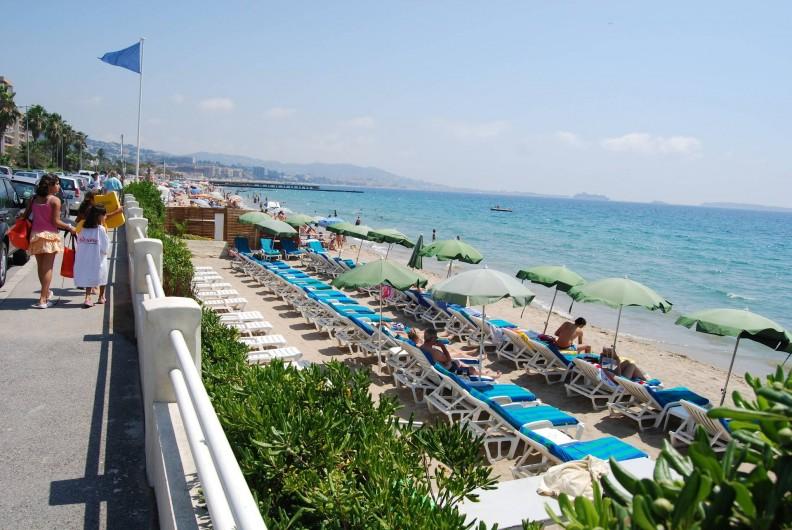 Location de vacances - Studio à Cannes la Bocca - plage de sable public et privé