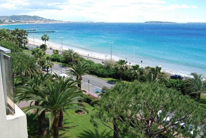 Location de vacances - Studio à Cannes la Bocca - vue mer de la terrasse cote cannes et iles de Lérins