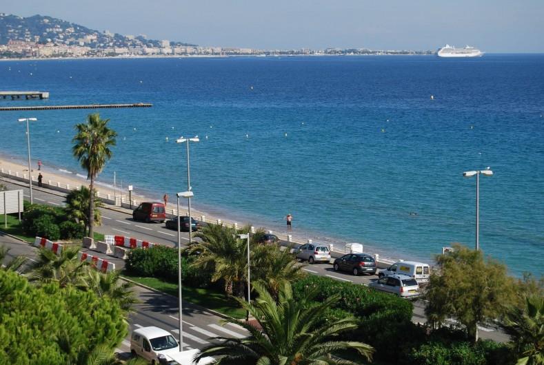 Location de vacances - Studio à Cannes la Bocca - vue mer de la terrasse coté cannes et iles