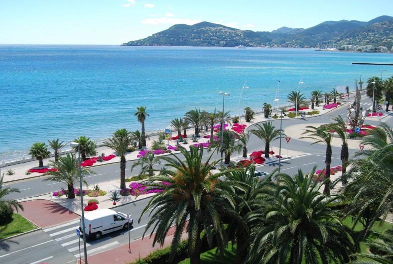 Location de vacances - Studio à Cannes la Bocca - vue mer de la terrasse coté Mandelieu