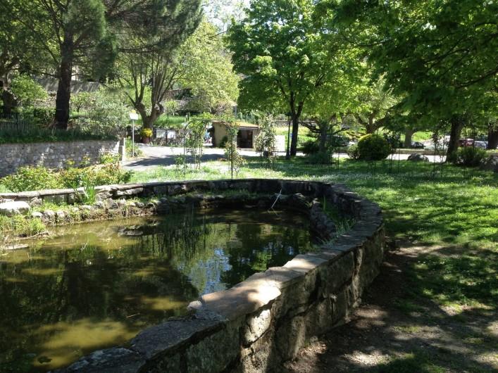 Location de vacances - Gîte à Aumessas - Le bassin sur le place de l'ancienne gare