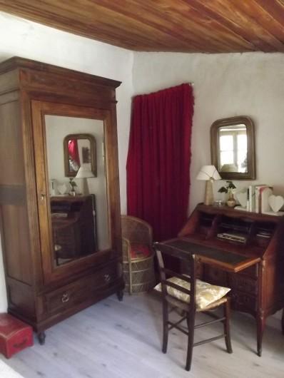 Location de vacances - Gîte à Aumessas - Le coin bureau et armoire dans la chambre