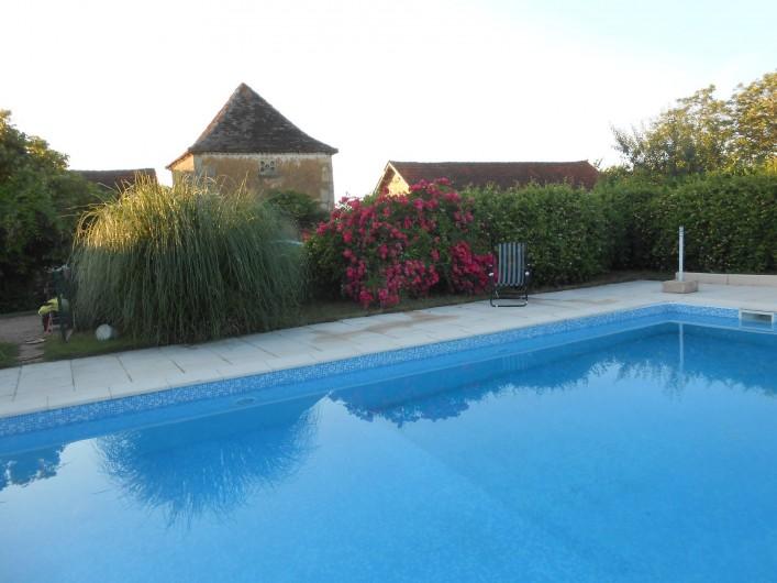 Location de vacances - Bungalow - Mobilhome à Le Buisson-de-Cadouin - La piscine 5X10 fermée avec une haie fleurie