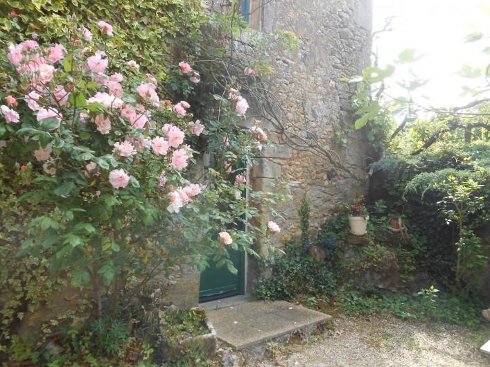 Location de vacances - Bungalow - Mobilhome à Le Buisson-de-Cadouin - Entrée d'une chambre. Niveau inférieur du pigeonnier
