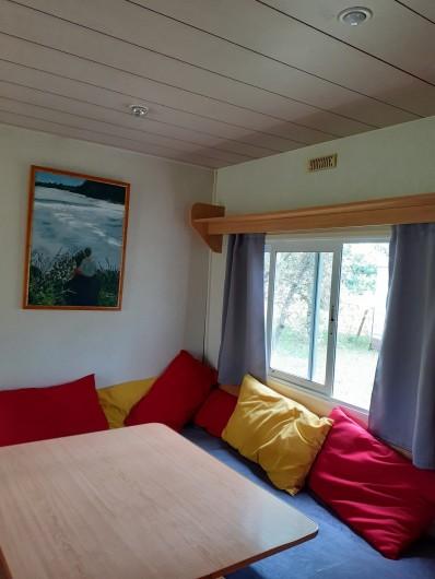 Location de vacances - Bungalow - Mobilhome à Le Buisson-de-Cadouin - Salon d'un bingalow