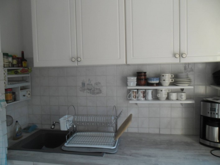 Location de vacances - Appartement à Six-Fours-les-Plages - EVIER, CAFETIERE, en dessous machine lave  linge et lave vaisselle