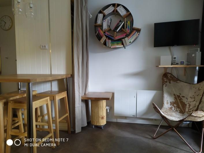 Location de vacances - Studio à Saint-Lary-Soulan - pièce à vivre avec coin bibliothèque, jeux enfants, jeux de société, TV