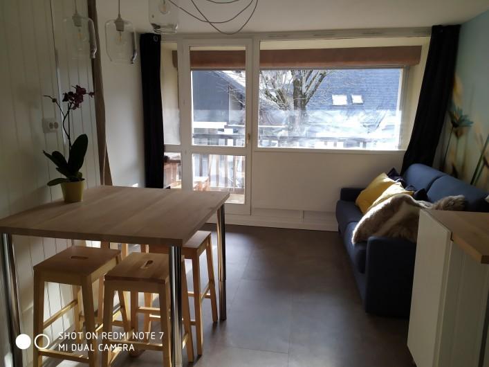 Location de vacances - Studio à Saint-Lary-Soulan - pièce à vivre avec baie vitrée et balcon exposé Sud