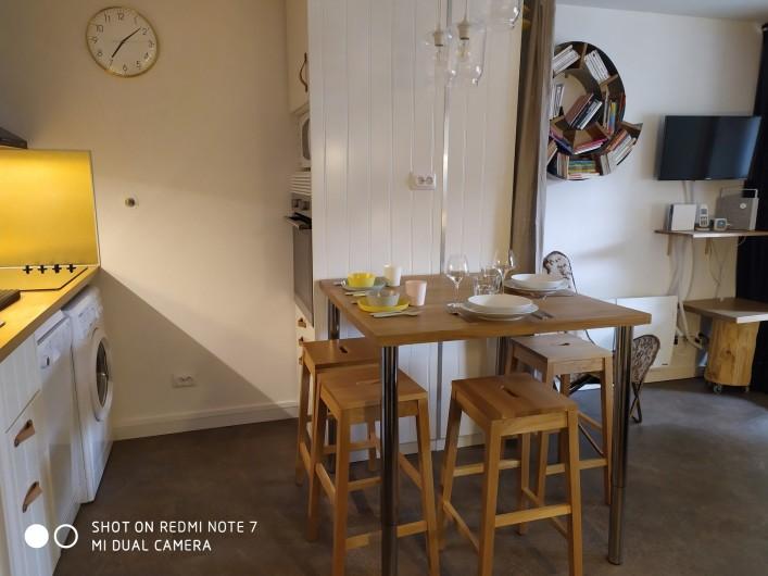 Location de vacances - Studio à Saint-Lary-Soulan - cuisine (lave-vaisselle, lave-linge, colonne four et microonde) et coin repas.