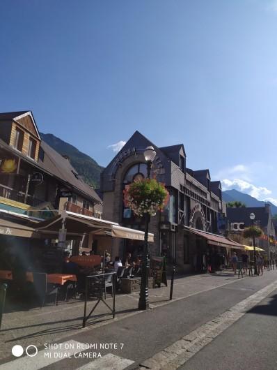 """Location de vacances - Studio à Saint-Lary-Soulan - les commerces du centre-ville à 50 m par le """"passage des oiseaux"""" (piétons)"""