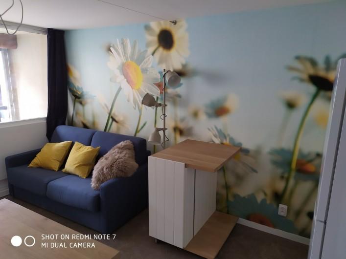 Location de vacances - Studio à Saint-Lary-Soulan - meuble nomade (roulettes) commode avec coin-bureau ou desserte/rallonge de table