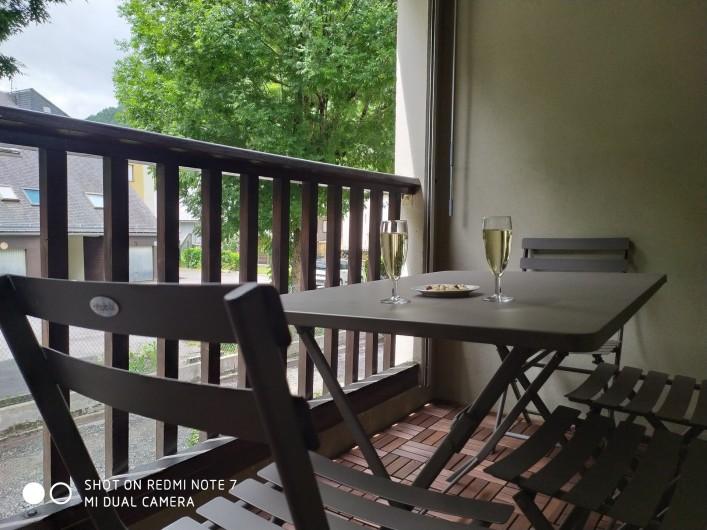 Location de vacances - Studio à Saint-Lary-Soulan - balcon en plancher de bois, exposé Sud