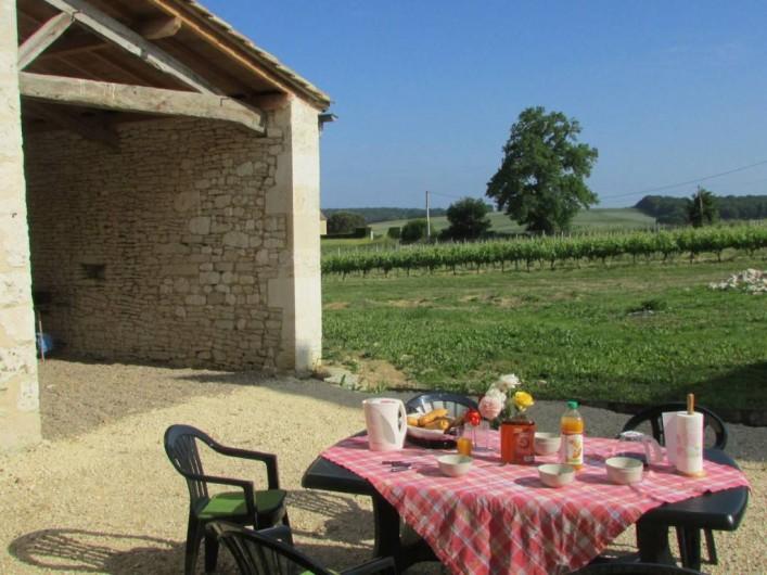 Location de vacances - Villa à Riocaud - Petit déjeuner avec vue sur les vignes