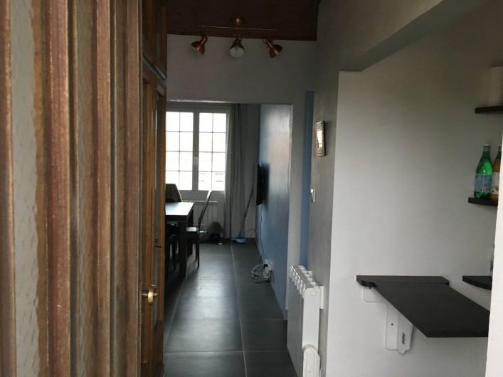 Location de vacances - Appartement à Barbâtre - Entrée, cuisine sur la droite et au fond, le séjour