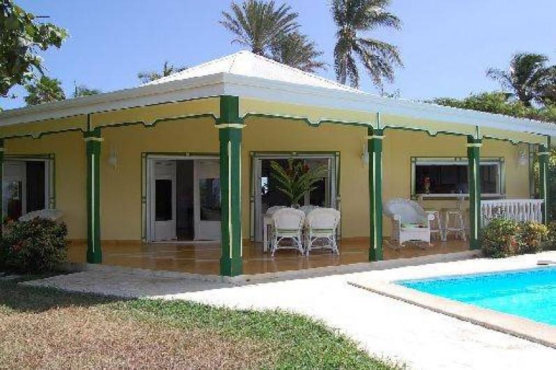 Location de vacances - Villa à Saint-François - Salon, méridienne en acajou et fauteuils confortables .