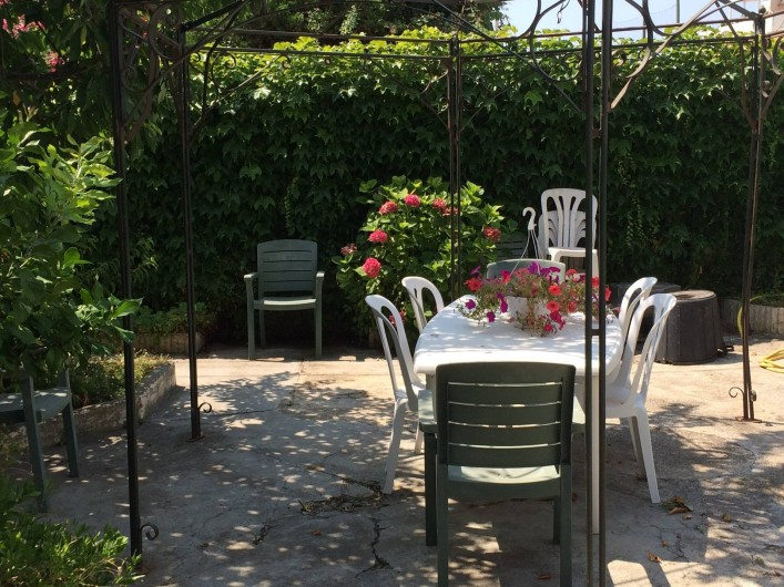Location de vacances - Appartement à Antibes - un autre coin repas dans le jardin