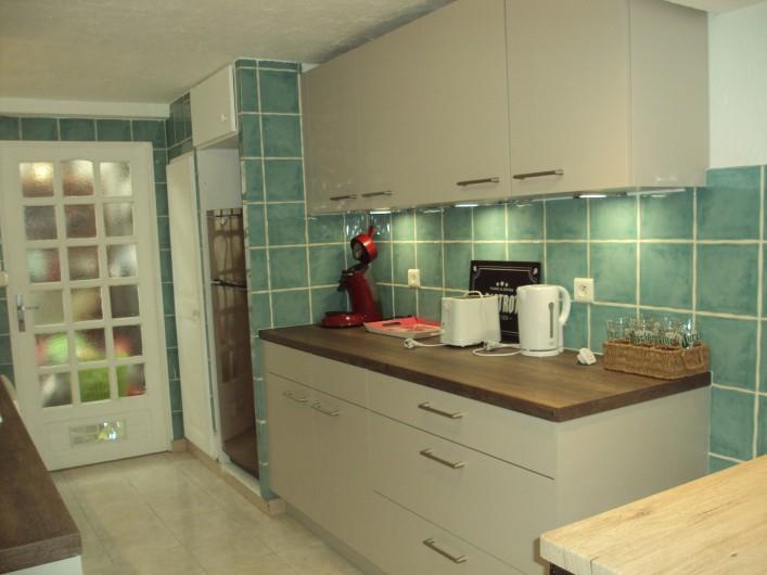 Location de vacances - Appartement à Antibes - la cuisine équipée côté droit