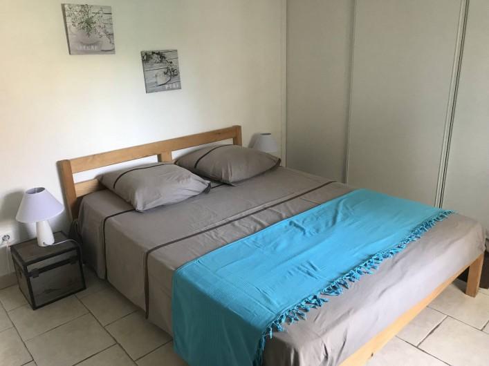 Location de vacances - Appartement à Antibes - la chambre 1 avec son grand lit de 140 et son grand placard