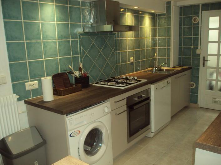 Location de vacances - Appartement à Antibes - la cuisine équipée côté gauche