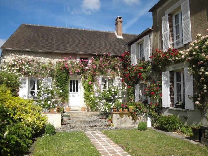 Location de vacances - Chambre d'hôtes à Saint-Loup-de-Naud - Façade de la maison