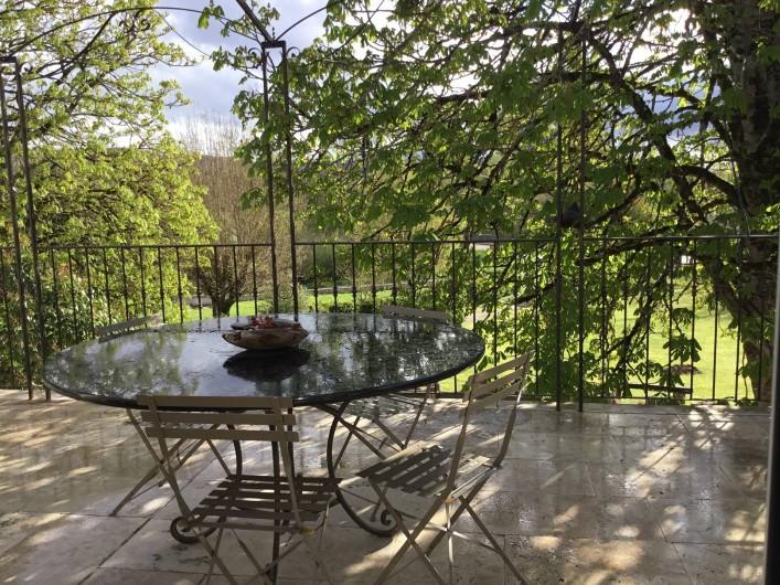 Location de vacances - Gîte à Lendou-en-Quercy - terrasse à l'étage