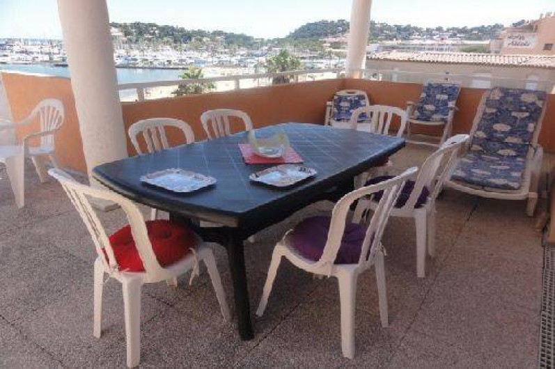 Location de vacances - Appartement à Cavalaire-sur-Mer - Terrasse vers le sud/ le port