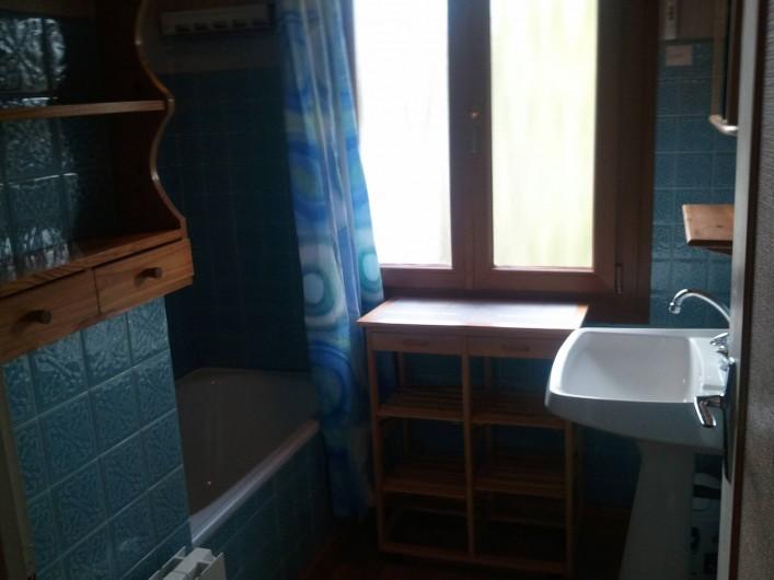 Location de vacances - Appartement à Fontcouverte-la-Toussuire - salle de bain, baignoire équipée douche