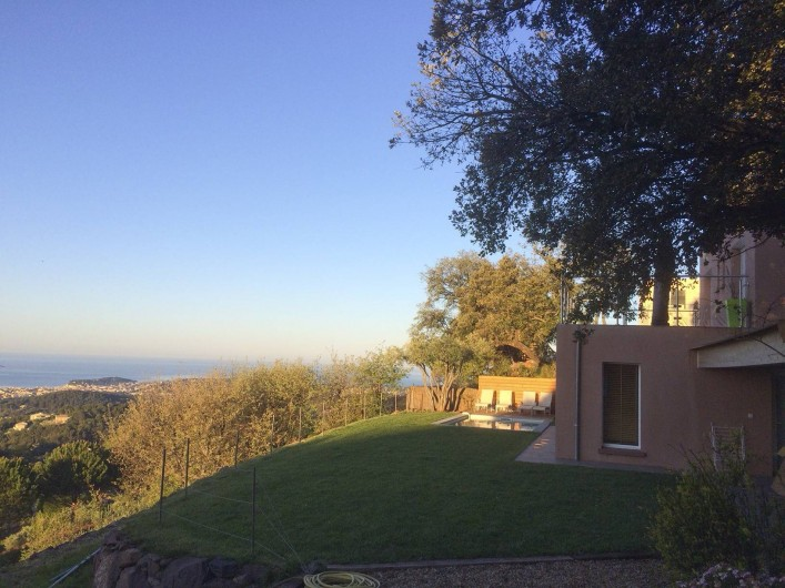 Location de vacances - Villa à Ollioules - pelouse devant cuisine d'été
