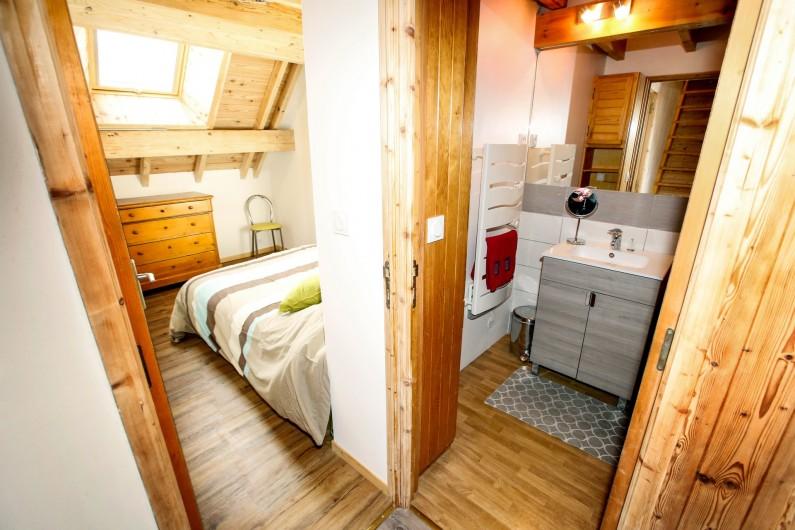 Location de vacances - Appartement à Le Monêtier-les-Bains - Chambre n°1 et salle de bain