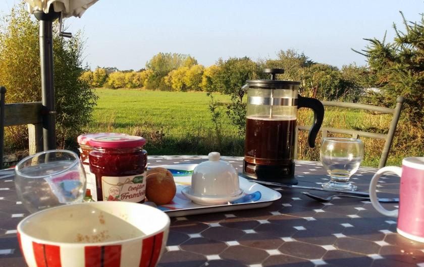Location de vacances - Gîte à Concarneau - petit déjeuner au soleil