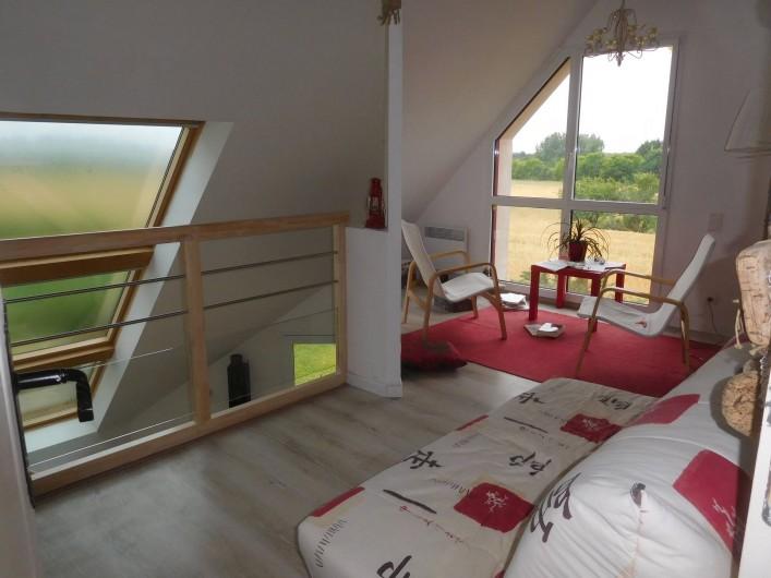 Location de vacances - Gîte à Concarneau - mezzanine :salon + coin couchage (vue sur champs )