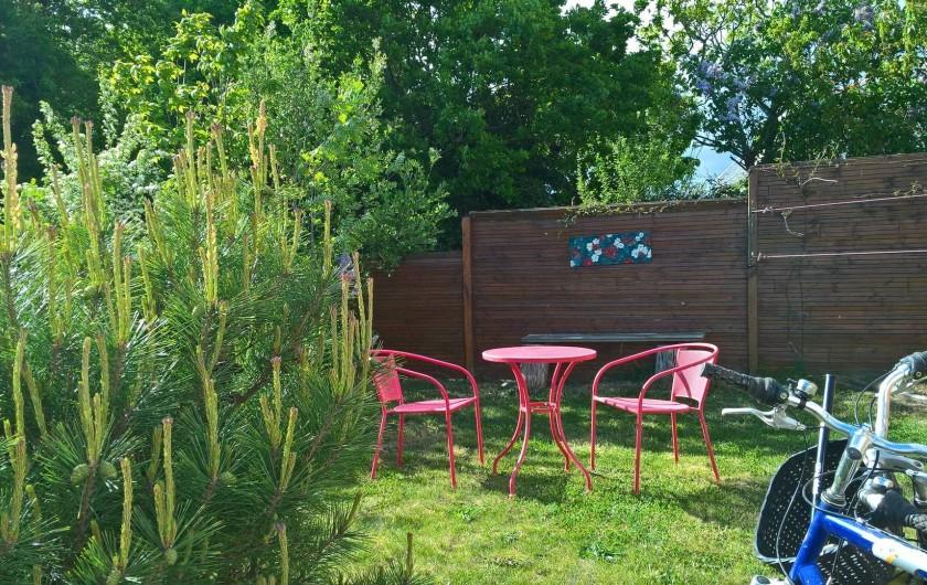 Location de vacances - Gîte à Concarneau - jardin petit déjeuner (vélos)