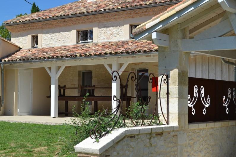 Location de vacances - Gîte à Lougratte - Terrasse extérieure donnant sur le parc et la piscine