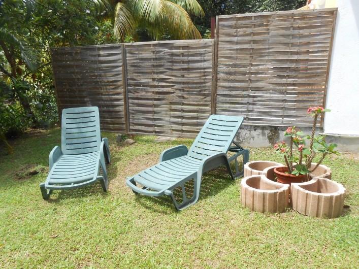Location de vacances - Chalet à Deshaies - le jardin et ces 2 transats