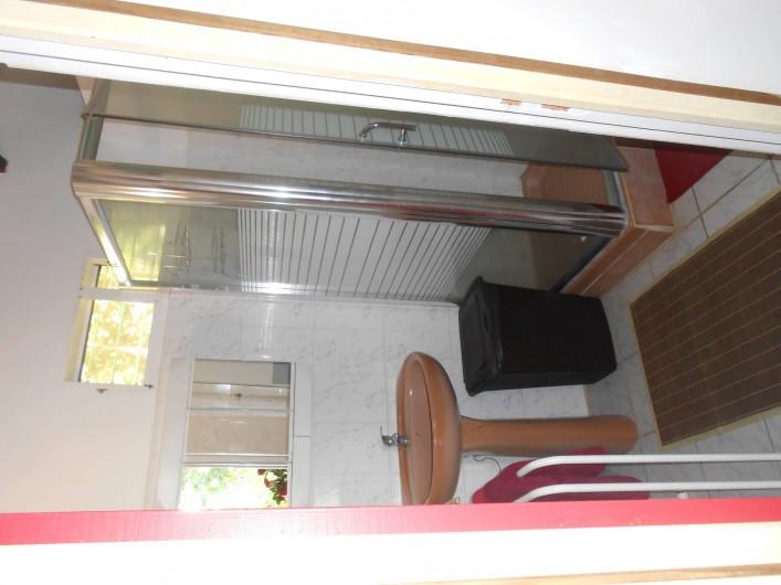 Location de vacances - Chalet à Deshaies - salle de bain avec cabine de douche et armoire de rangement, WC séparé