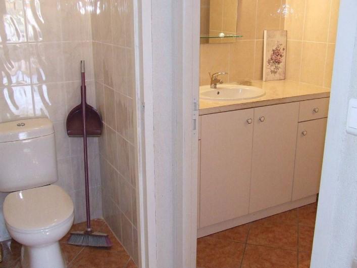 Location de vacances - Appartement à La Cadière-d'Azur - salle de bain ou on a la place de poser ses trousses de toilette