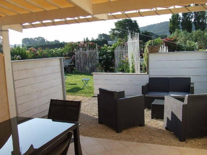 Location de vacances - Appartement à La Cadière-d'Azur - terrasse couverte pour les repas ,salon de jardin pour l'aperot du soir