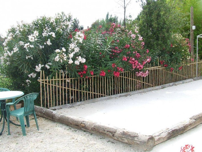 Location de vacances - Appartement à La Cadière-d'Azur - le jeu de boule fleurie