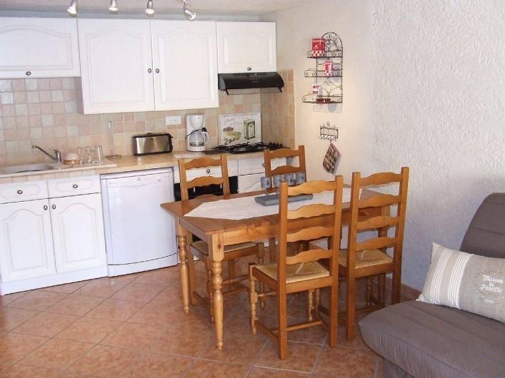 Location de vacances - Appartement à La Cadière-d'Azur - un coin repas avec cuisine equipee