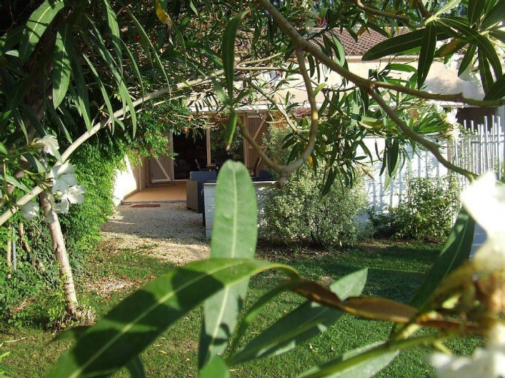 Location de vacances - Appartement à La Cadière-d'Azur - le jardin ensoleille et fleurie
