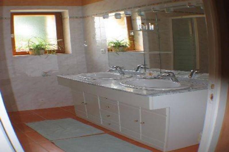 Location de vacances - Gîte à Thénac - Salle de bain du RDC avec douche d'angle.