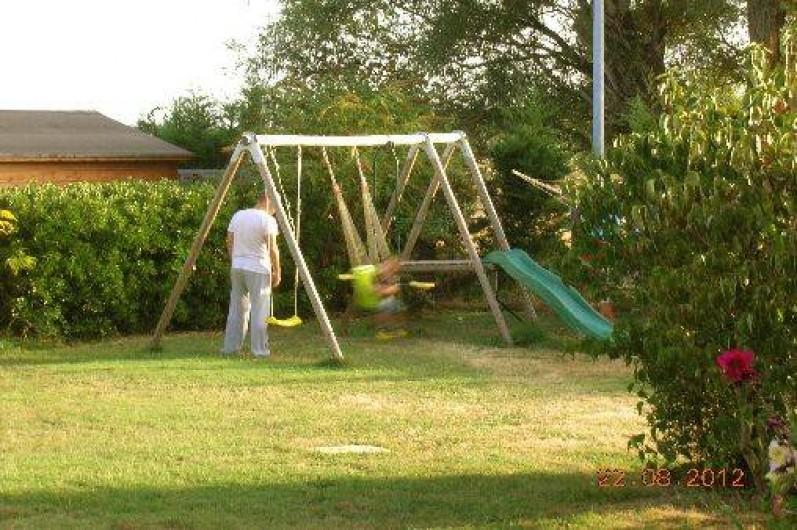 Location de vacances - Gîte à Thénac - Jeux d'enfants à l'exterieur, maisonnettes, balançoire, trampoline,