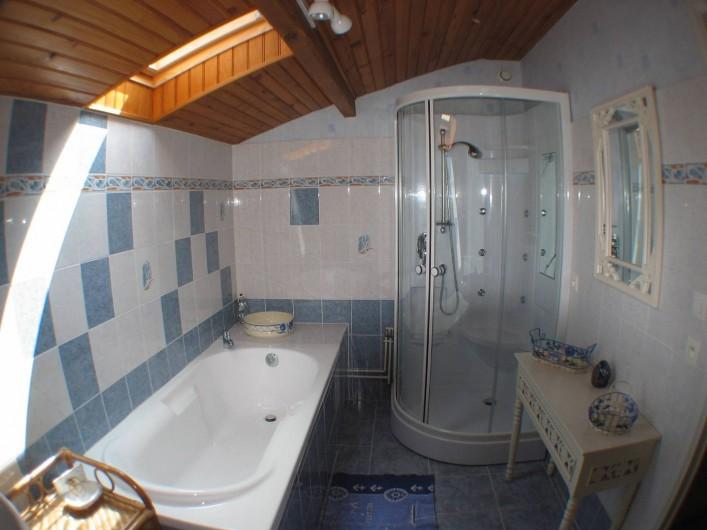 Location de vacances - Gîte à Thénac - Salle de bain de l'étage avec lavabo, baignoire, douche d'angle.