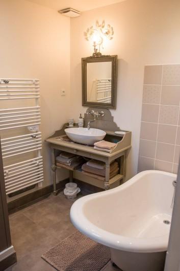 Location de vacances - Chambre d'hôtes à Veules-les-Roses - La salle de bain et sa baignoire.